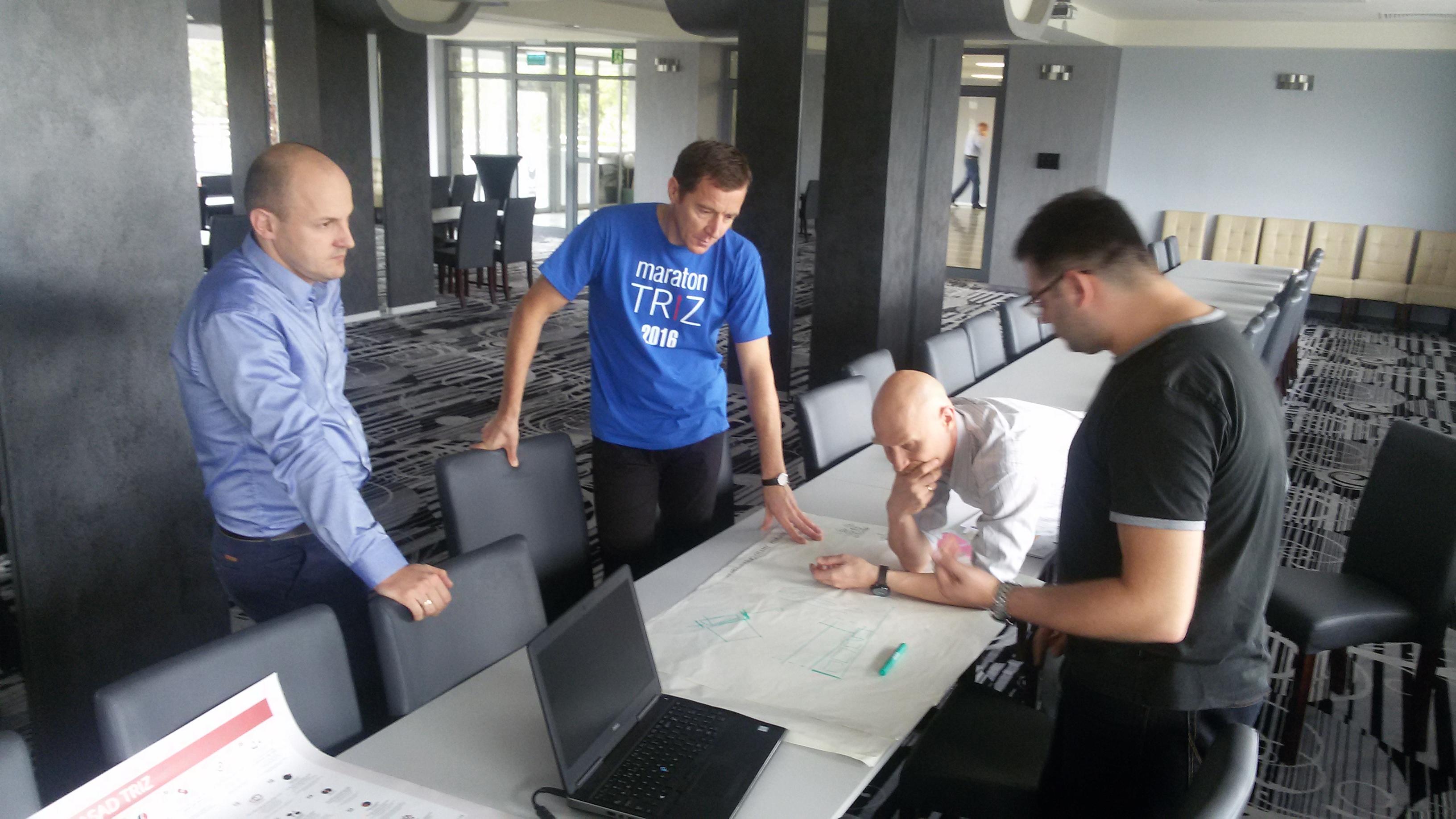Jerzy Obojski (w niebieskim) pomaga zespołowi w użyciu TRIZ przy rozwiązywaniu problemu (TRIZ Teamwork)