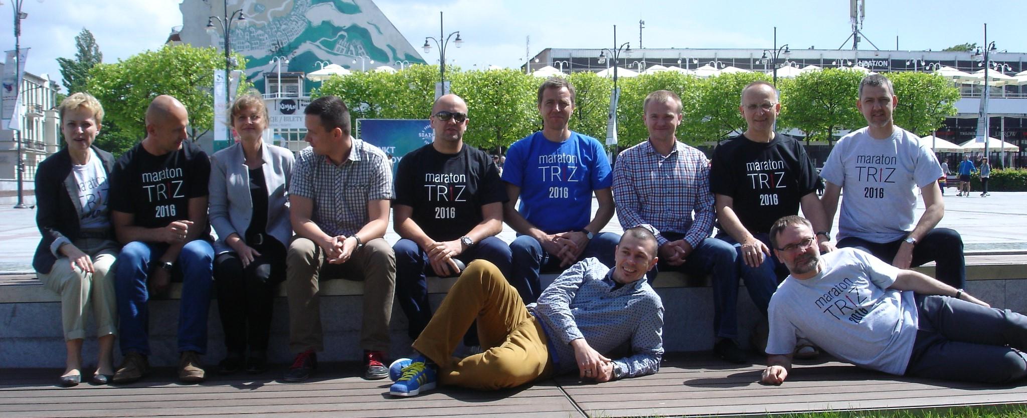 Jerzy Obojski (szósty siedzący od lewej) wśród uczestników II Maratonu TRIZ